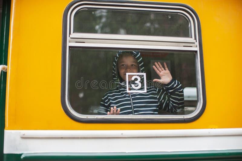 火车的可爱的男孩 免版税库存照片