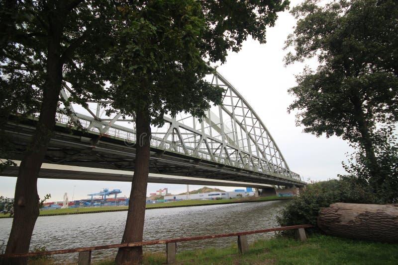 火车的白色桥梁在阿姆斯特丹和乌得勒支之间在阿姆斯特丹莱茵河运河的乌得勒支命名了Demkabrug和Werkspoorbrug 免版税库存照片