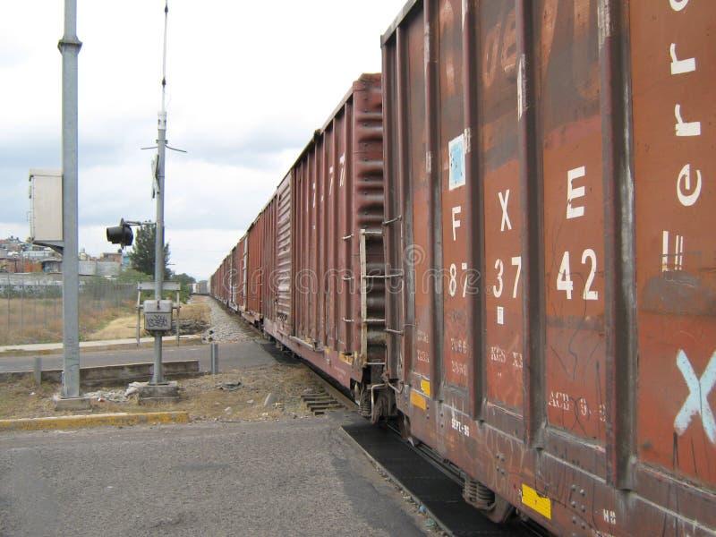 火车的老无盖货车在他不倦的旅行钢的 库存图片