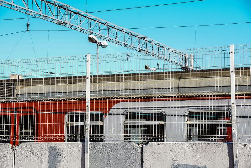 火车窗口和电线从平台视图 具体范围 蓝色明亮的天空 免版税库存图片