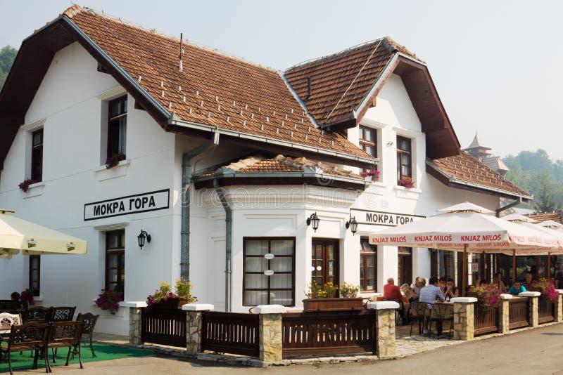 火车站和Mokra Gora酒店的建筑 免版税库存照片