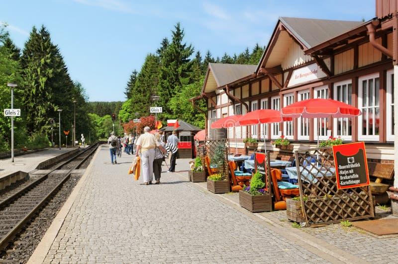 火车站在村庄历史机车Schierke由布罗肯峰峰顶决定的 等待火车的人们对arrve 免版税库存照片