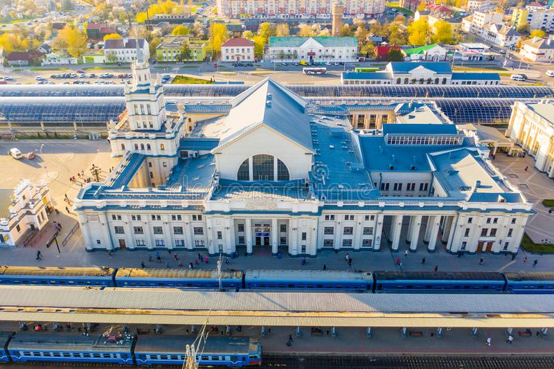 火车站在轨道鸟瞰图附近的大厦身分 库存图片
