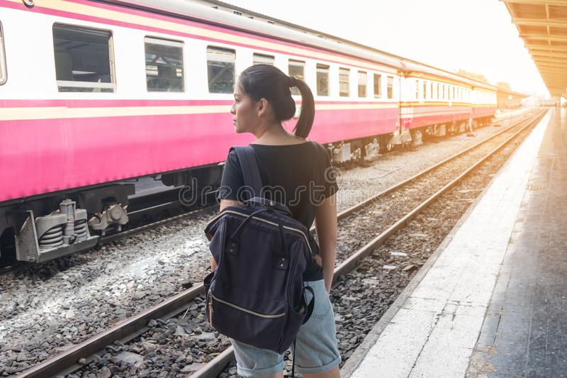 火车站火车平台的孤独的妇女思乡病她的感受 免版税库存照片