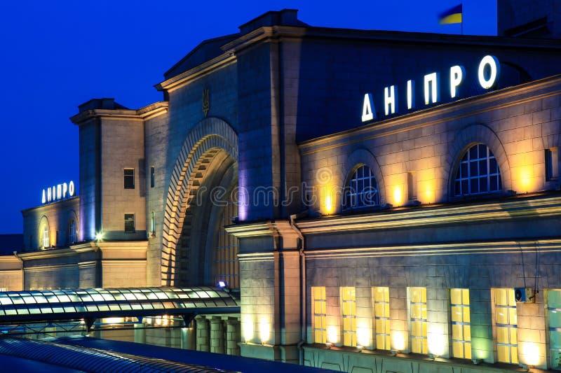 火车站的大厦与题字` Dnipro `的在晚上 免版税库存照片