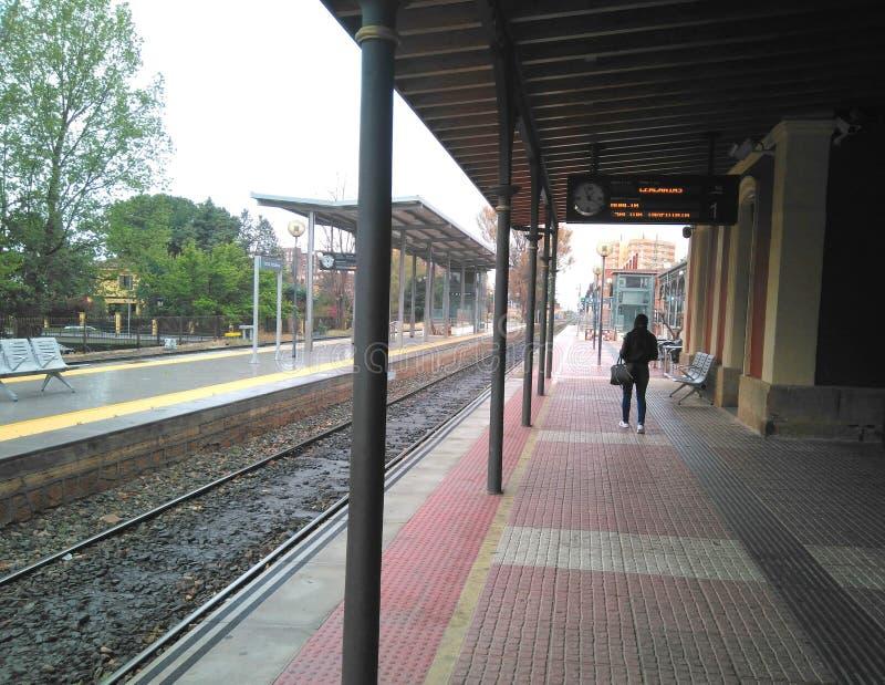 火车站的平台和路轨在洛尔卡市 免版税图库摄影