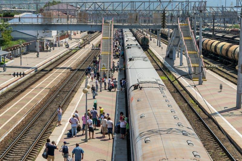 火车站的新罗西斯克,俄罗斯乘客 免版税库存图片