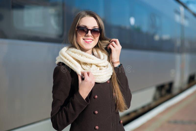 火车站的年轻俏丽的妇女 免版税库存照片