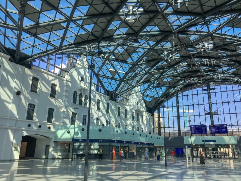 火车站`在内部里面的罗兹Fabryczna `与无法认出的人民,罗兹,波兰 现代,未来派美丽的铁路st 免版税库存图片