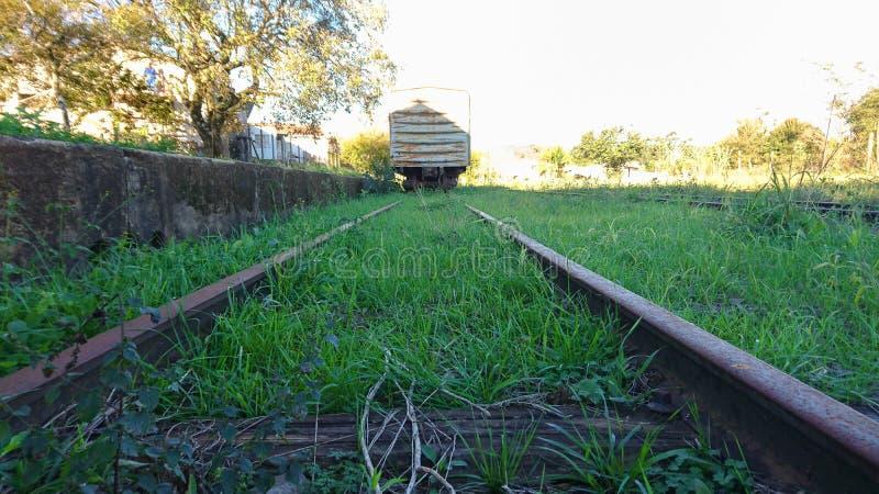 火车轨道和一辆被放弃的无盖货车 免版税库存图片