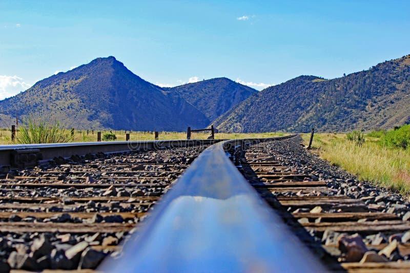 火车轨道和山景城在蒙大拿 免版税图库摄影