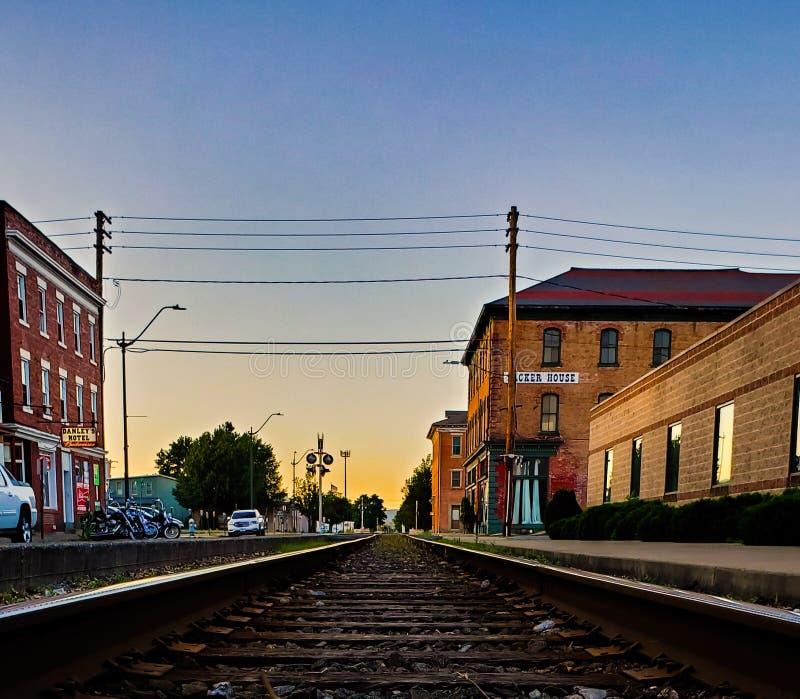火车轨道在镇里 免版税库存照片