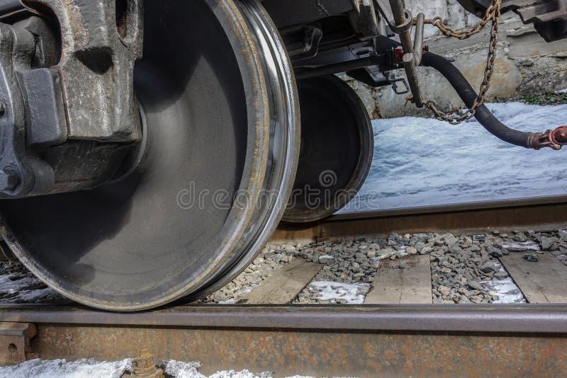 火车轮子特写镜头  底视图 冬天 免版税库存图片