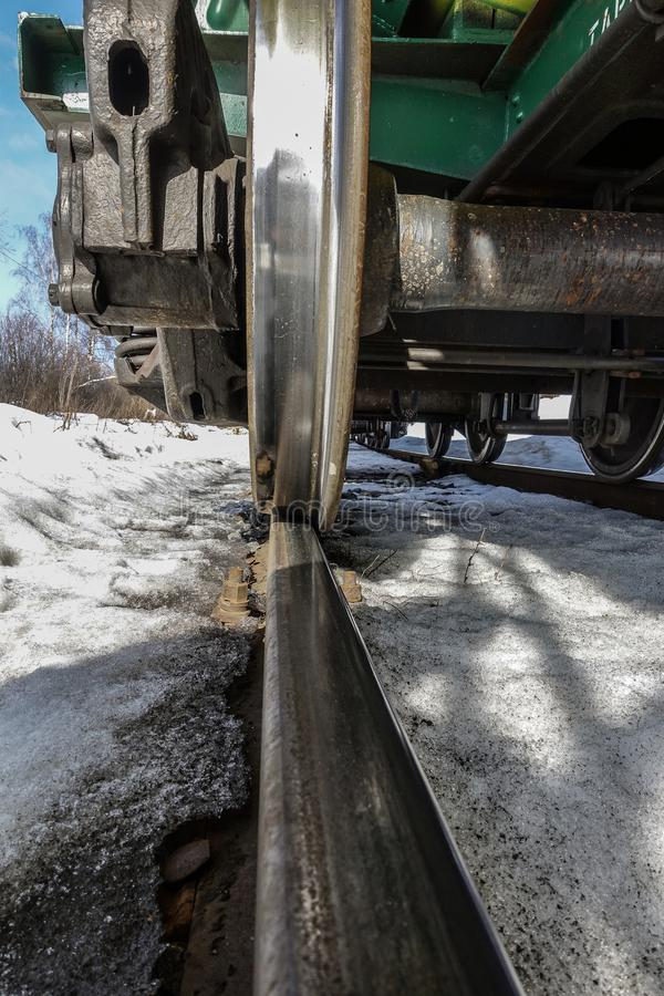 火车轮子特写镜头  底视图 冬天 图库摄影