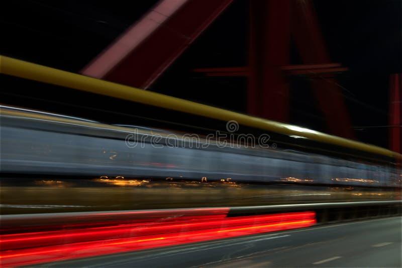 火车过桥夜被射击的长的曝光 免版税库存图片