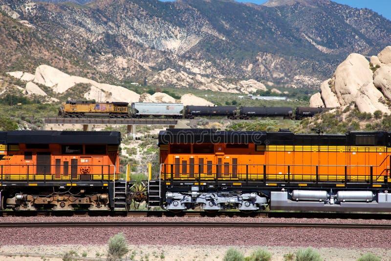 火车运载的油的橙色支架 库存照片