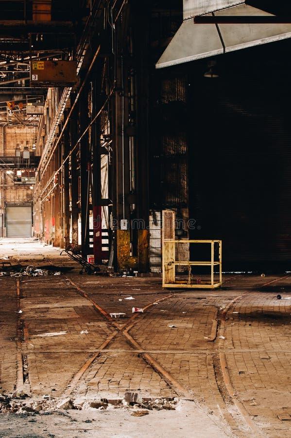 火车铁轨+比利时街区 — 废弃的断奶联合工厂 — 俄亥俄州扬斯敦 免版税图库摄影