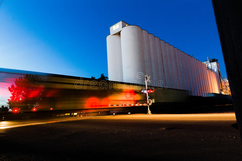 火车移动的近的谷粮仓 免版税库存图片