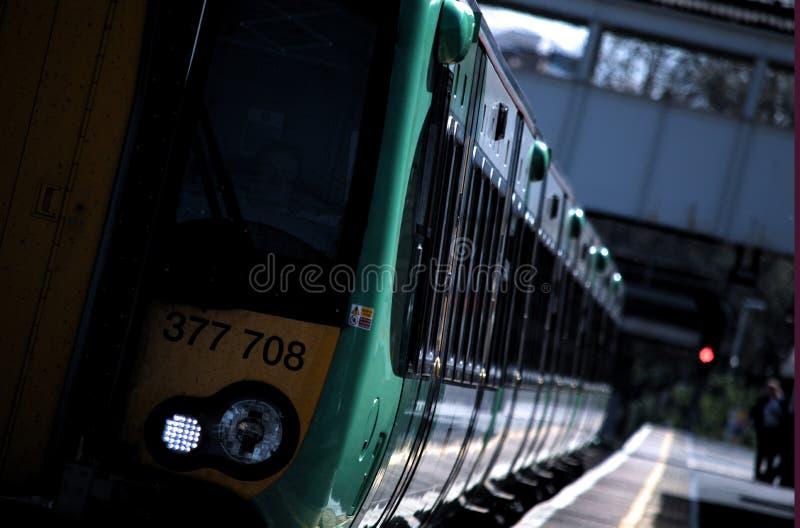 火车离去的肯辛顿火车站 图库摄影