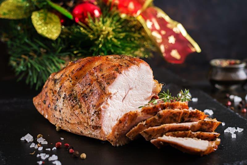 火鸡烤圣诞节火腿在黑暗的土气背景的 免版税库存图片