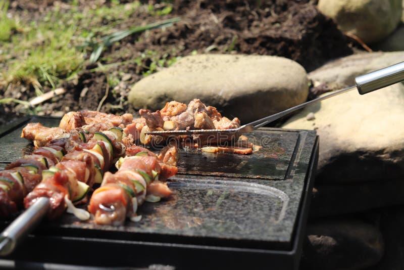 火鸡肉理想的片断为在特别温暖的石头的晚餐做准备由花岗岩制成 与许多热的炭烬的小火为 免版税库存照片