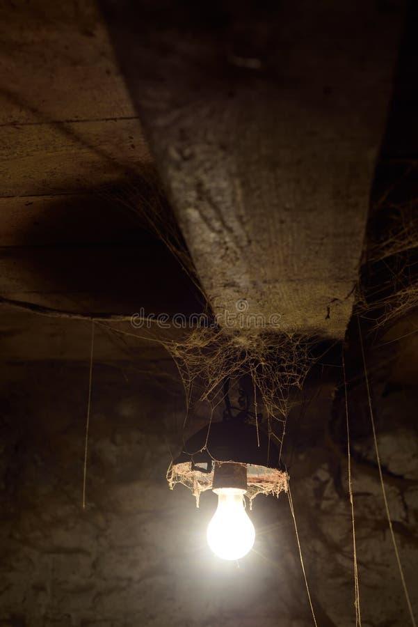 Download 灯和网在谷仓 库存图片. 图片 包括有 最高限额, browne, 土气, 葡萄酒, 万维网, 蜘蛛, 闪亮指示 - 72369907