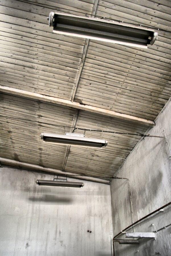 灯在一家被放弃的工厂 免版税图库摄影