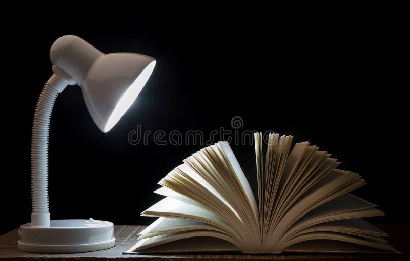 灯在书的夜光 特写镜头 在图书馆里 库存照片