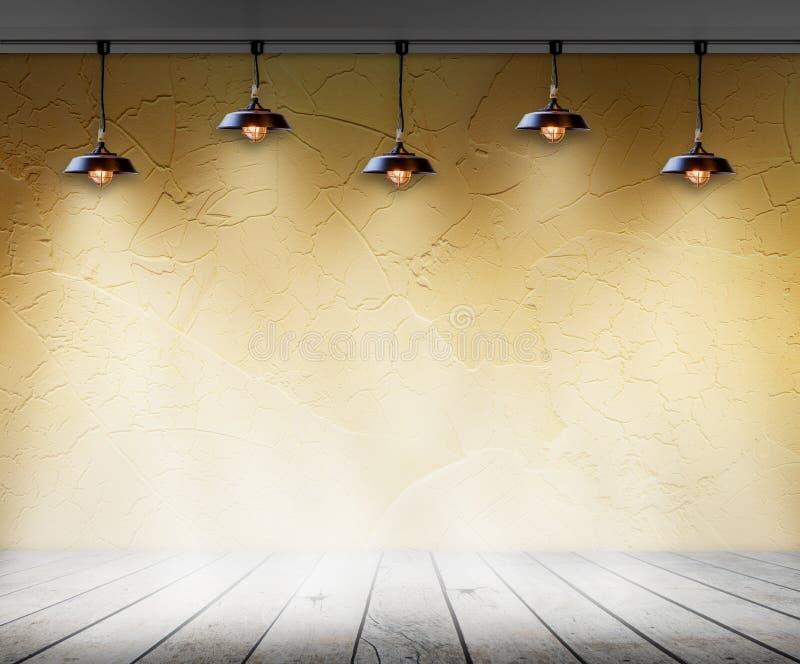 灯在有墙壁和木地板内部背景的空的屋子里 库存照片