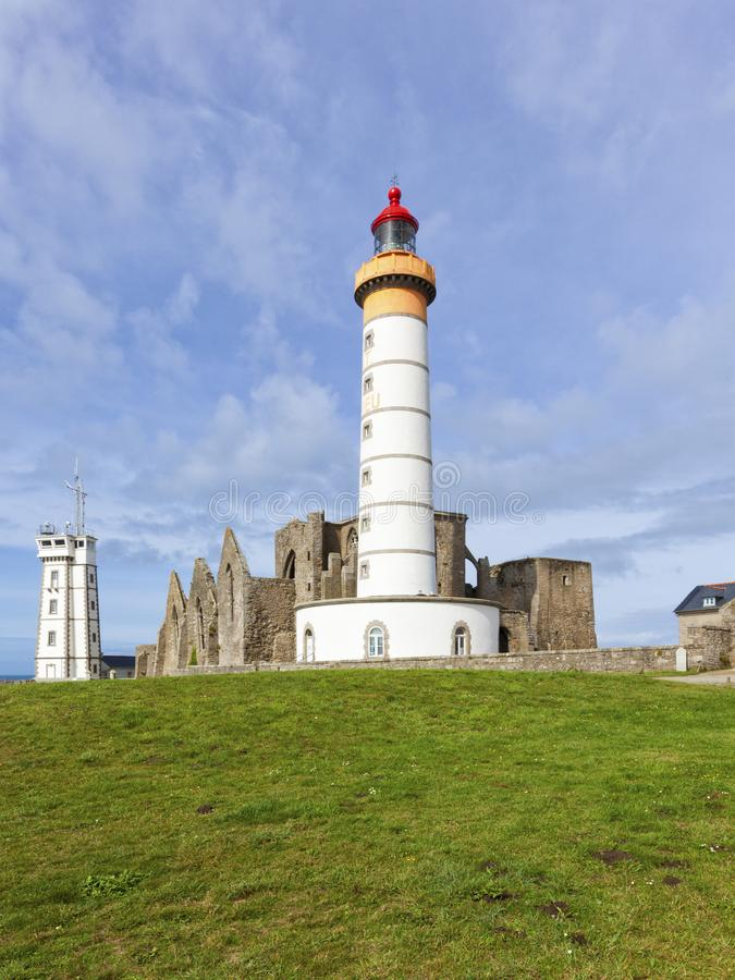 灯塔、动臂信号机和修道院废墟在Pointe de圣徒马蒂 库存照片