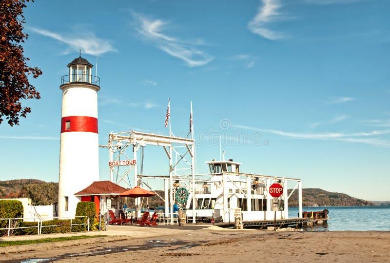 灯塔和小船游览船坞 免版税库存图片