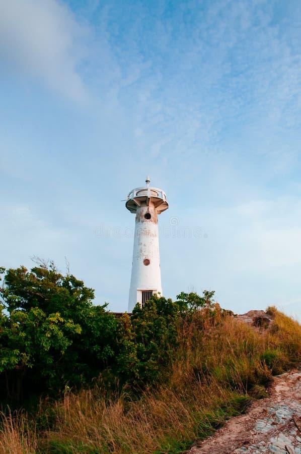 灯塔和岩石在Laem Tanod海角酸值朗塔,甲米府,泰国 免版税图库摄影
