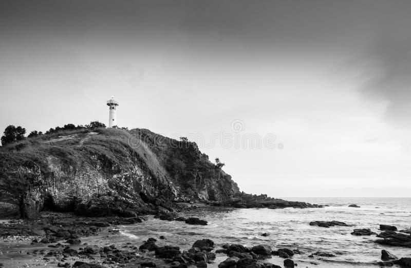 灯塔和岩石海滩在Laem Tanod海角酸值朗塔,甲米府,泰国黑白照片 免版税库存图片