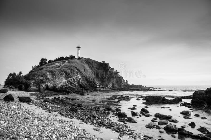 灯塔和岩石海滩在Laem Tanod海角酸值朗塔,甲米府,泰国黑白照片 免版税图库摄影