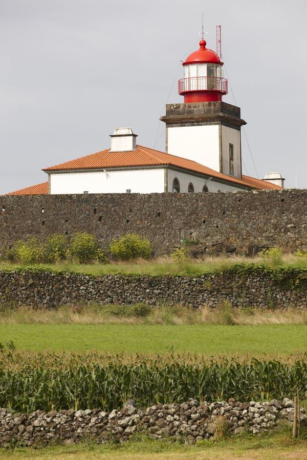 灯塔和玉米田在拉日什de弗洛勒斯,亚速尔群岛 葡萄牙 图库摄影