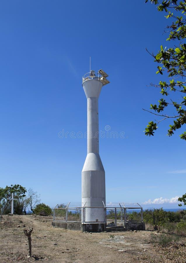 灯塔和蓝天, Apo海岛,菲律宾 在小山的现代灯塔在太阳下 免版税库存图片