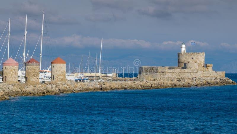 灯塔和风车在罗得岛在希腊 库存照片