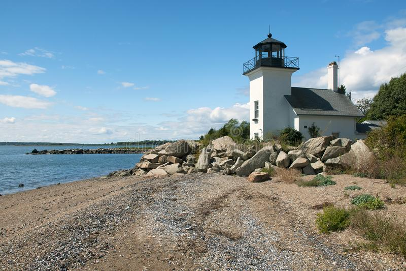 灯塔围拢与保护的岩石免受涨潮 免版税库存图片