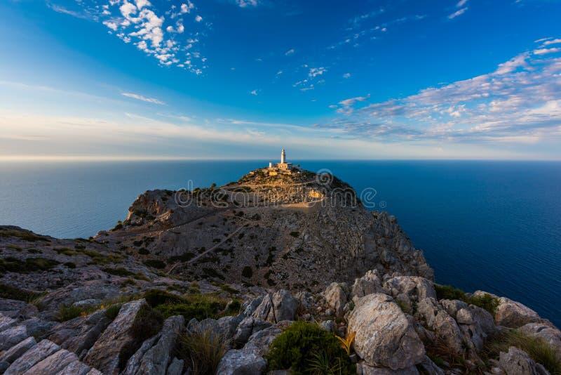 灯塔在Cap de在日落附近的Formentor马略卡 库存图片