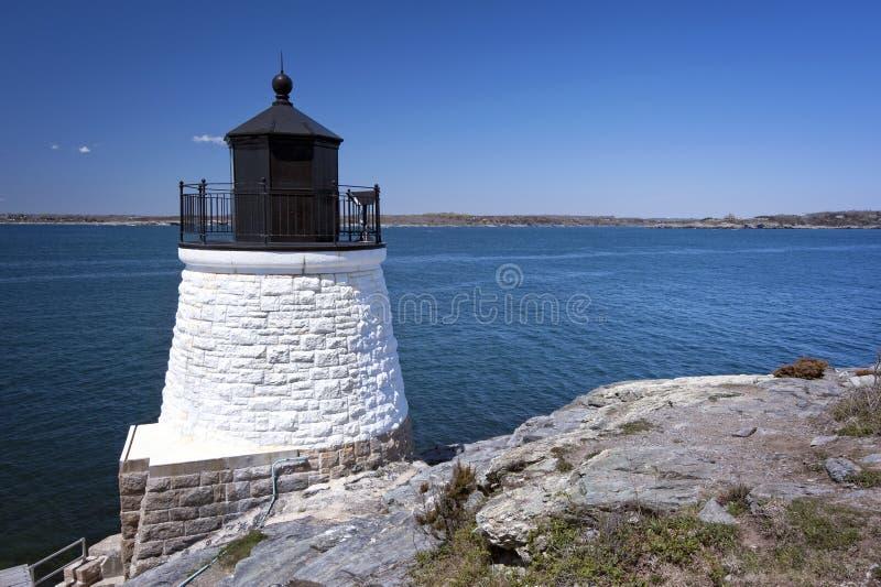 灯塔塔在纽波特,罗德岛州俯视海湾 库存图片