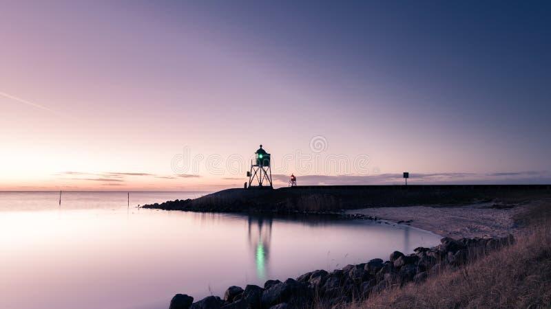 灯塔有日落背景 免版税库存图片