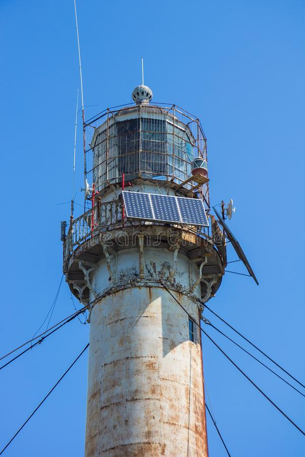 灯塔灯笼室在素坤,阿布哈兹 关闭上色百合软的查阅水 免版税库存图片