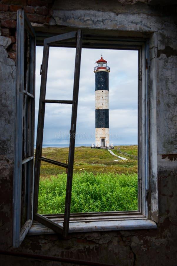 灯塔的看法通过窗口 免版税库存照片