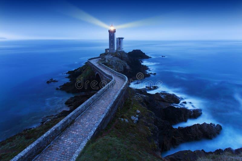 灯塔看法Phare du小的minou在Plouzane,与红灯的日落的,布雷斯特,法国,布里坦尼 免版税库存图片