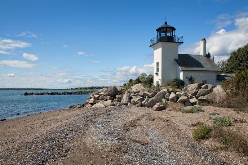 灯塔被修造接近海平面 免版税图库摄影
