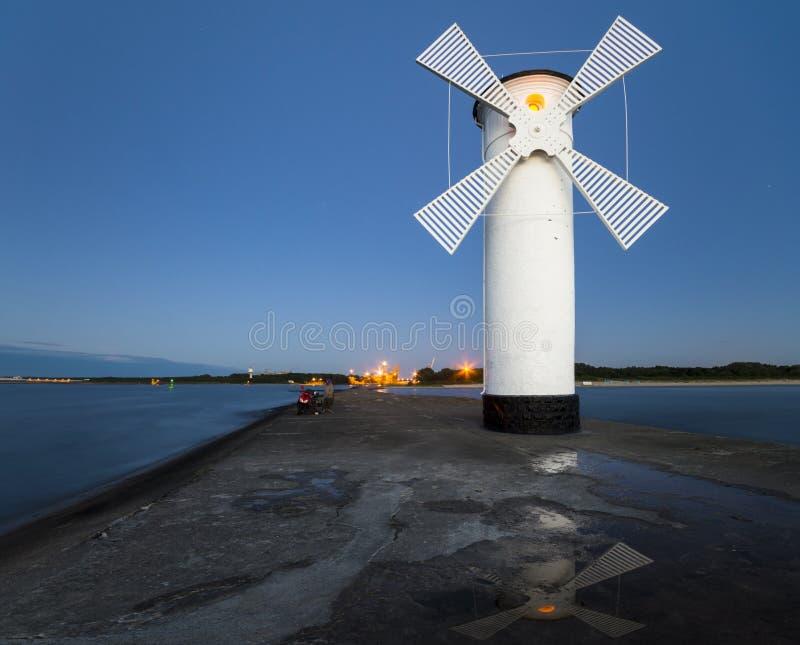 灯塔风车Swinoujscie,波罗的海,波兰 免版税库存照片