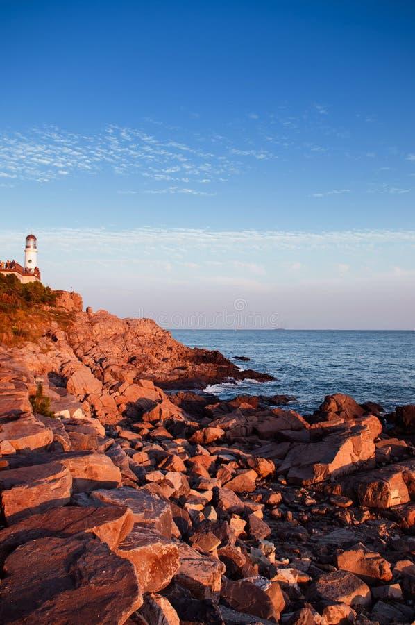 灯塔,岩石海滩Dongbaek在Haeundae二的海岛日落 免版税库存图片
