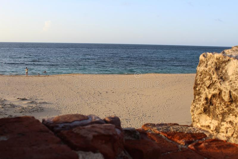 灯塔破坏总是观看,在海前面总是准备 免版税图库摄影