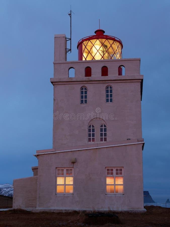 灯塔kap dyrholaey在晚上 免版税库存图片