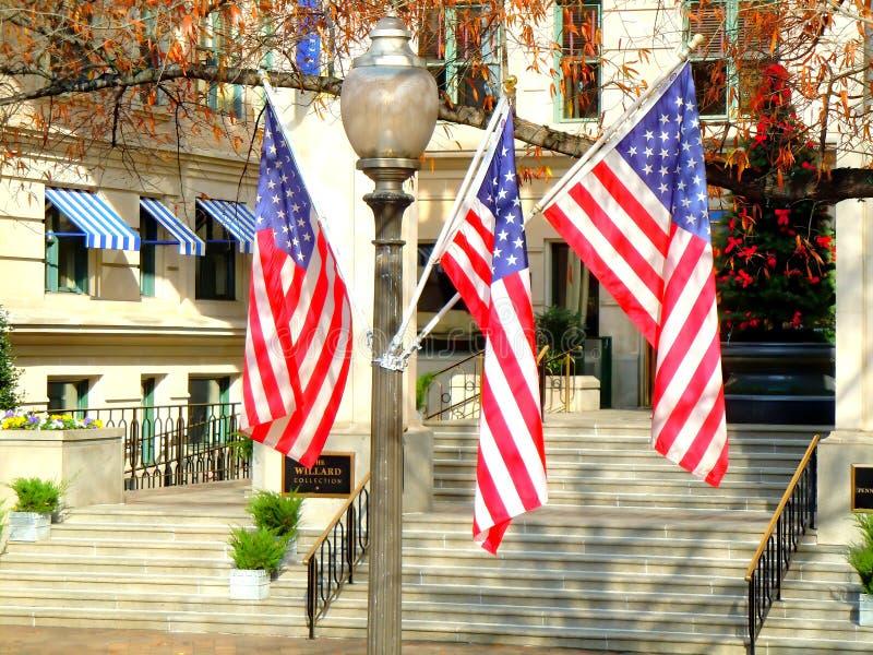灯柱上的美国旗帜 库存照片